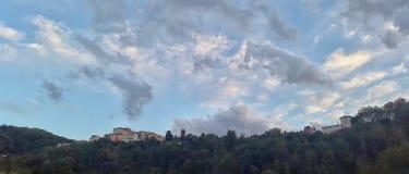 房子看法在小山顶部的在Atina拉齐奥意大利 免版税库存照片