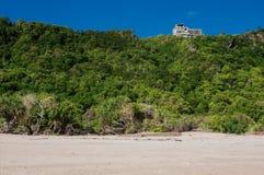 房子看法小山的在海滩 免版税库存图片
