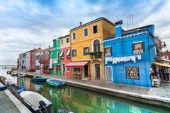 房子看法从爱观察桥梁, Burano海岛,威尼斯的 免版税库存图片