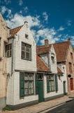 房子砖门面Flanders's地区的典型的样式的在布鲁日街道的  库存照片