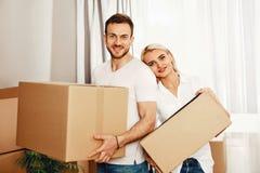 房子移动 拿着箱子的男人和妇女 图库摄影