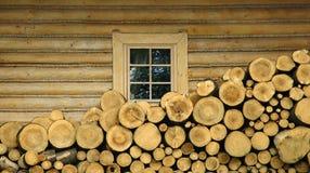 房子绊倒木 免版税库存图片