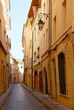 房子缩小的普罗旺斯街道 免版税库存图片