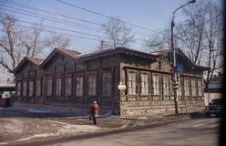 房子老木 30 50个阳台董事会城市修建了装饰要素世纪房子伊尔库次克俄国斯大林岁月 库存照片