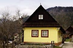 房子老被绘的木黄色 免版税库存照片