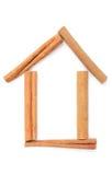 房子肉桂条和形状。白色背景 免版税库存图片