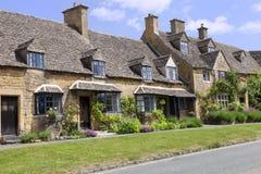 房子行在英国村庄 免版税图库摄影