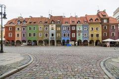 房子行从16世纪在Pozna老市场上  库存图片