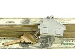 房子被塑造的keychain货币 库存图片