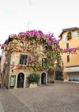 房子西尔苗内,意大利门面在西尔苗内的中心有开花的桃红色九重葛的 a的传统夏天门面装饰 免版税库存图片