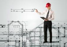 画房子计划的一位年轻建筑师 免版税图库摄影