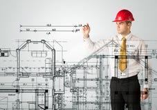 画房子计划的一位年轻建筑师 免版税库存照片