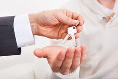 给房子钥匙的房地产开发商 免版税库存照片