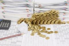 房子铅笔和破产有步金币崩溃 免版税库存照片