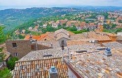 房子铺磁砖的屋顶在一个小意大利镇 库存照片