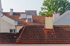 房子铺磁砖的屋顶在三位一体郊区,米斯克 库存照片