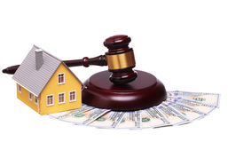 房子销售的概念与惊堂木和金钱的 库存照片
