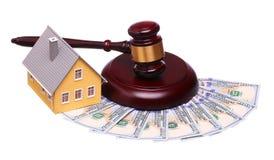 房子销售的概念与被隔绝的惊堂木和金钱的 库存图片