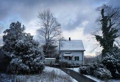 房子雪冬天 库存图片
