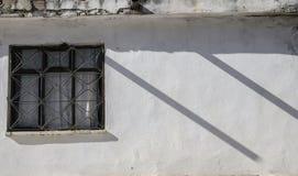 房子,在墙壁上的一个窗口的白色墙壁,两个平行的阴影在照片创造节奏, 库存图片