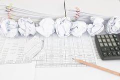 房子破产有与文书工作的纸球作为背景 免版税库存照片