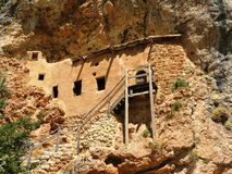 房子建造在山里面。 免版税库存照片