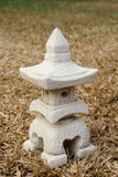 房子Sculptuer有一个中国式屋顶的在干燥草皮2 免版税库存图片