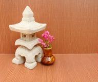 房子Sculptuer有一个中国式屋顶的在木backgroun 库存图片