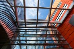 房屋板壁,金属板,被装双面玻璃的窗口 免版税图库摄影