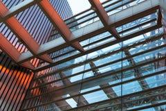 房屋板壁,金属板,被装双面玻璃的窗口 免版税库存照片