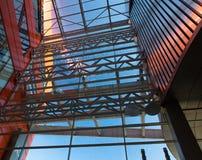房屋板壁 金属板 被装双面玻璃的窗口 免版税库存图片