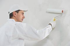 房屋油漆工在工作 免版税图库摄影