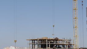 房屋结构的建筑由混凝土制成 在建筑工人移动 塔吊举装载 股票视频