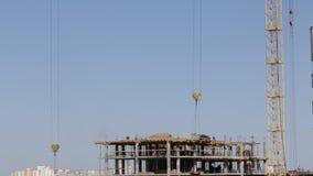 房屋结构的建筑由混凝土制成 在建筑工人移动 塔吊移动装载 股票视频