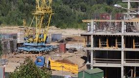 房屋结构的建筑由混凝土制成 在建筑工人移动 工作一架塔吊,卡车移动 股票视频