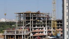 房屋结构的建筑由混凝土制成 在建筑工人移动 工作一架塔吊 影视素材