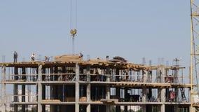房屋结构的建筑由混凝土制成 在建筑工人移动 工作一架塔吊 股票视频