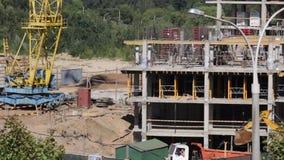 房屋结构的建筑由混凝土制成 在建筑工人移动 工作一种塔吊和挖掘机, truc 股票视频