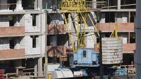 房屋结构的建筑由混凝土制成 塔吊的基地是可看见的 股票视频