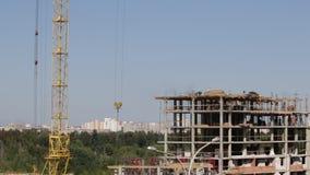 房屋结构的建筑由混凝土制成 工作者沿上层移动 工作一架塔吊 股票视频