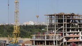 房屋结构的建筑由混凝土制成 工作者沿上层移动 工作一架塔吊 影视素材