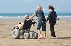 所有地形海滩轮椅使海滩容易接近 免版税库存图片