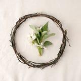 所有所有构成要素花卉例证各自的对象称范围纹理导航 花圈由roools、叶子和花制成在组织白色背景 家庭装饰土气样式,平的位置, t 库存照片
