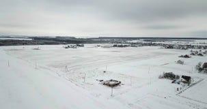所有报道了日域旺季雪随风飘飞的雪晴朗的冬天 乡下,森林,领域,用雪盖的树冬天风景  股票录像