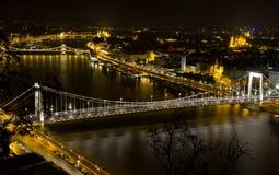 所有桥梁布达佩斯风险自由gellert旅馆匈牙利地标长的晚上宫殿人民发运无法认出的视图 库存图片
