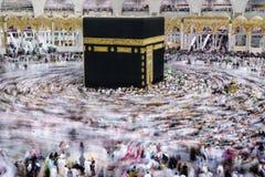 从所有的穆斯林香客环球circumabulate tawaf 库存图片