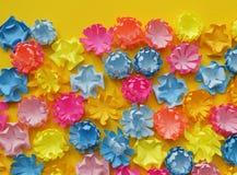 所有美丽的bouganvilla花其纸刺 多彩多姿的花沼地  黄色背景 复活节 春天 日s华伦泰 库存照片
