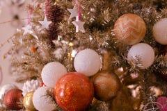 所有装饰了金黄圣诞树 库存图片