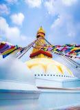 所有boudhanath注视前景巨型金黄半球加德满都尼泊尔看到更小的尖顶stupa顶部白色的菩萨 免版税库存照片