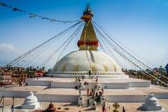 所有boudhanath注视前景巨型金黄半球加德满都尼泊尔看到更小的尖顶stupa顶部白色的菩萨 库存照片
